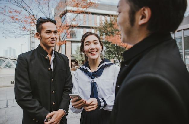 Grupa japońskich nastolatków, chwile życia w szkole