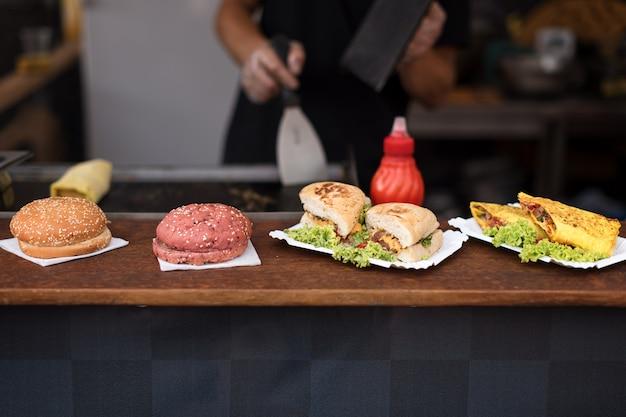 Grupa kanapek i hamburgerów w otwartym barze kuchennym