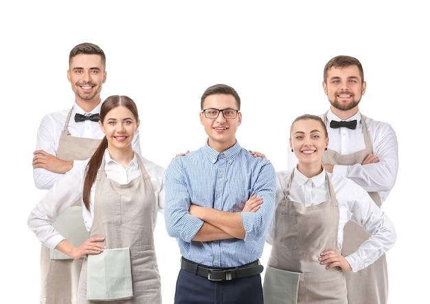 Grupa kelnerów z nauczycielem na białym