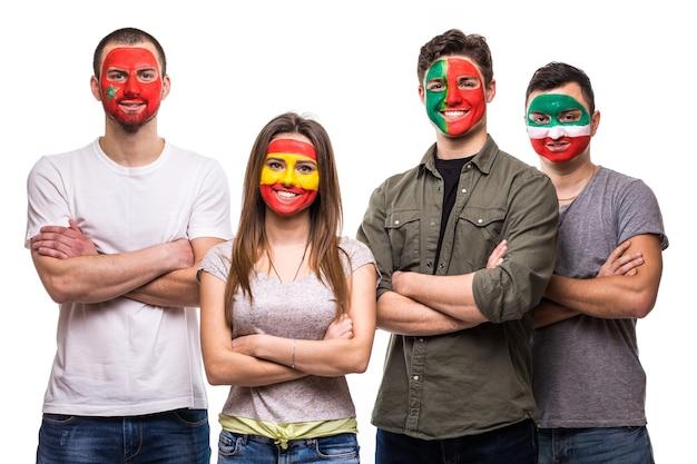 Grupa kibiców kibiców drużyn narodowych pomalowała flagi portugalii, hiszpanii, maroka, iranu. emocje fanów.