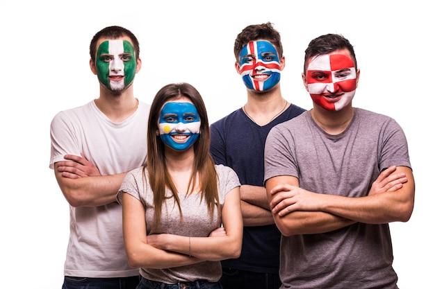 Grupa kibiców kibiców reprezentacji argentyny, chorwacji, islandii, nigerii z pomalowaną twarzą na białym tle