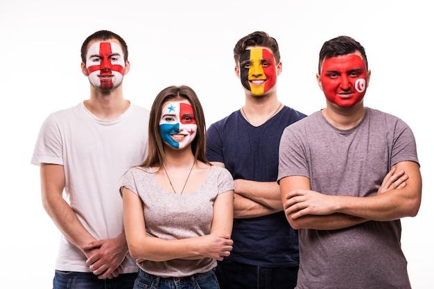 Grupa kibiców kibicuje swoim drużynom pomalowanymi twarzami. anglia, belgia, tunezja, panama wentylatory na białym tle