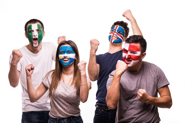 Grupa kibiców kibicuje swoim drużynom pomalowanymi twarzami. argentyna, chorwacja, islandia, nigeria krzyk zwycięstwa fanów na białym tle