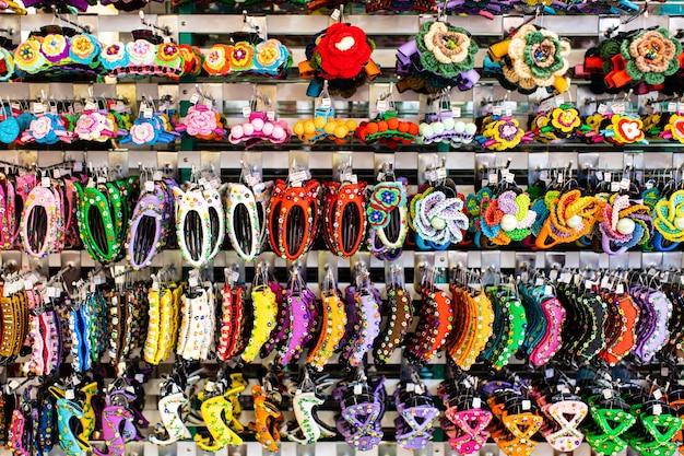 Grupa kilku stylów kolorowych spinki do włosów.