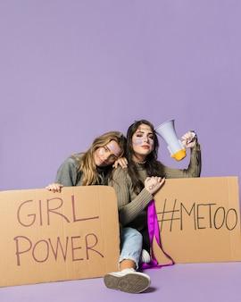 Grupa kobiet aktywistów protestujących razem