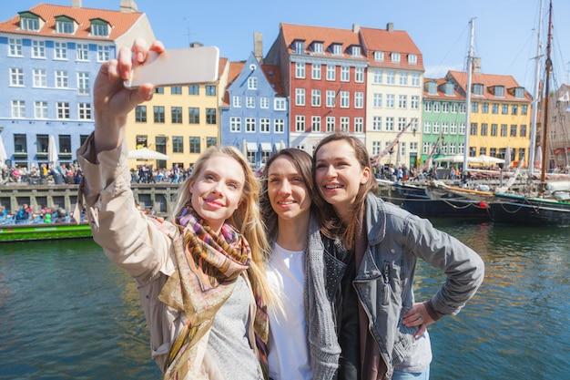 Grupa kobiet biorących selfie w kopenhadze