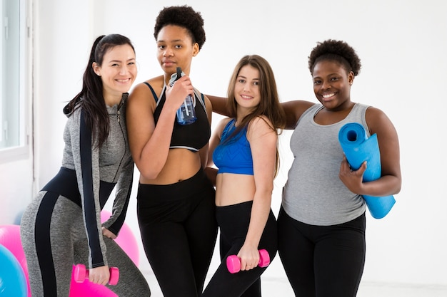 Grupa kobiet biorących zajęcia fitness