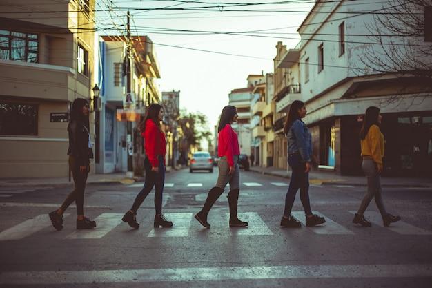 Grupa kobiet chodzących na ulicy