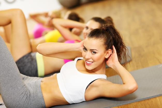Grupa Kobiet ćwicząca Na Siłowni Premium Zdjęcia
