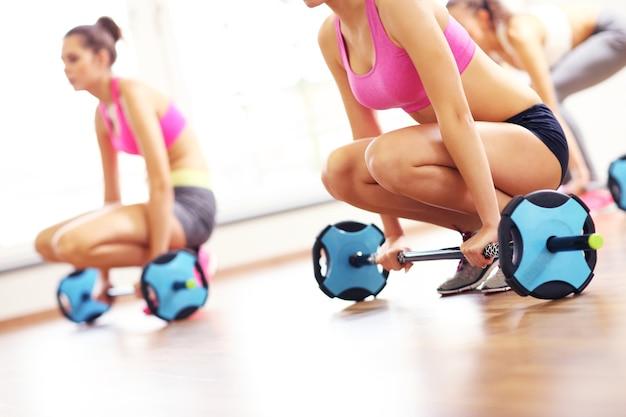 Grupa kobiet ćwicząca na siłowni