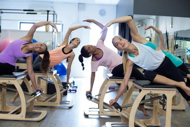 Grupa kobiet ćwiczących na krześle wunda