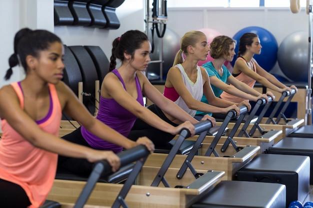 Grupa kobiet ćwiczących na reformatorze