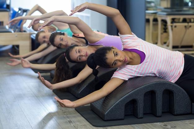 Grupa kobiet, ćwiczenia na lufie łuku