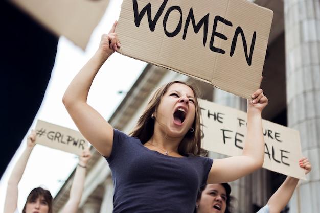 Grupa kobiet maszerujących na równe prawa