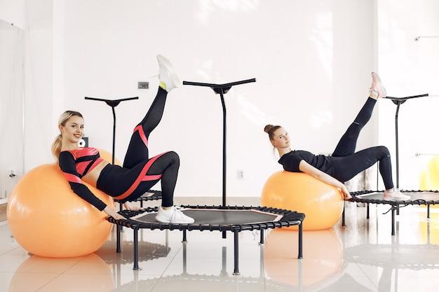 Grupa kobiet na trampolinie sportowej. trening fitness.