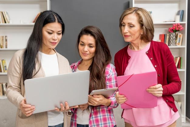 Grupa kobiet patrzeje na laptopie