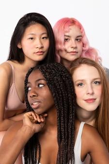 Grupa kobiet pokazujących różne rodzaje urody
