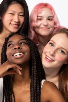 Grupa kobiet pokazujących różne typy urody i ciał