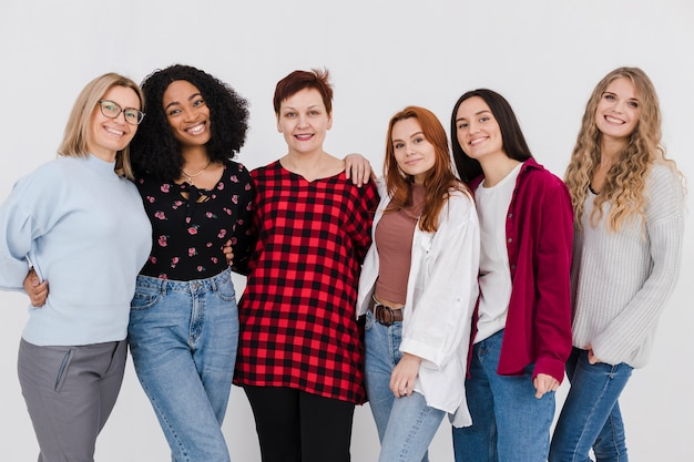 Grupa kobiet pozowanie razem