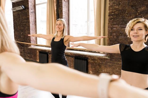 Grupa kobiet pracujących razem na siłowni