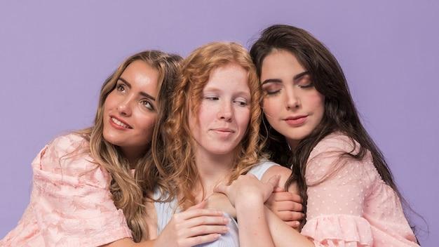 Grupa kobiet przytulających się w solidarności z prawami kobiet
