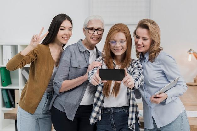 Grupa kobiet razem biorąc selfie