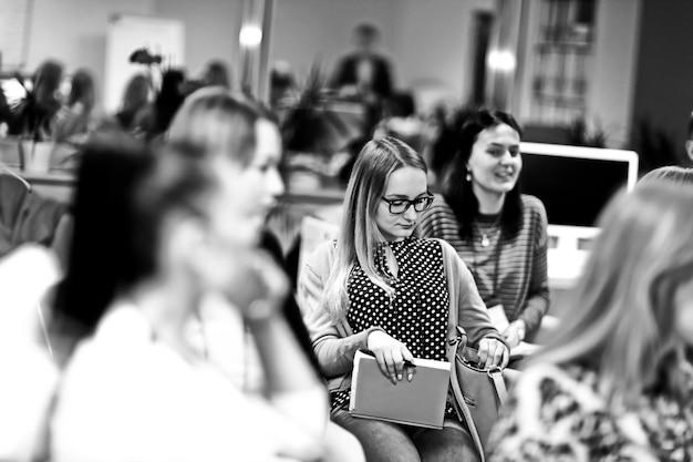 Grupa kobiet słuchająca wykładu na seminarium biznesowym