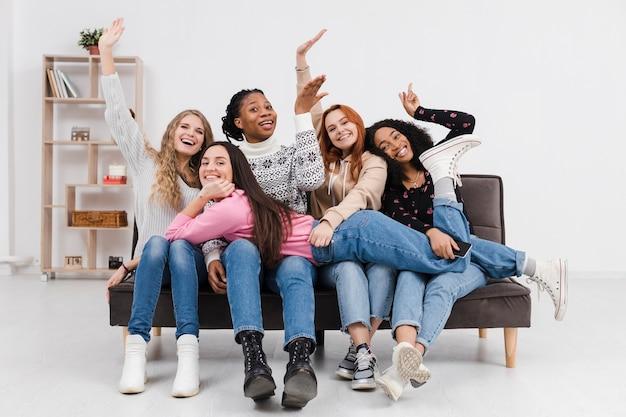Grupa kobiet stwarzających w zabawny sposób