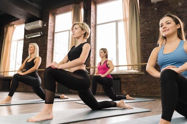Grupa kobiet trenujących razem na siłowni