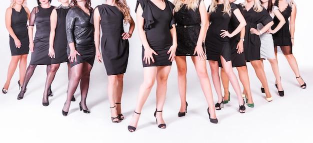 Grupa kobiet w czarnych sukienkach i butach