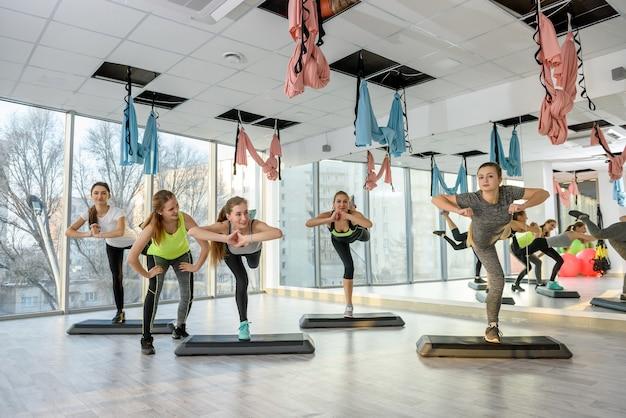Grupa kobiet w siłowni wykonywania ćwiczeń równoważących