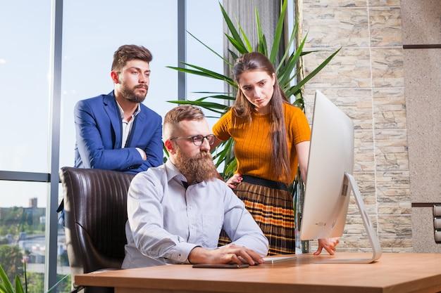 Grupa kolegów, biznesmenów zebrała się w biurze na konferencji.