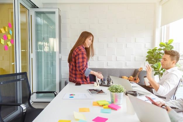 Grupa kolegów burzy mózgów i spotkania w biurze.