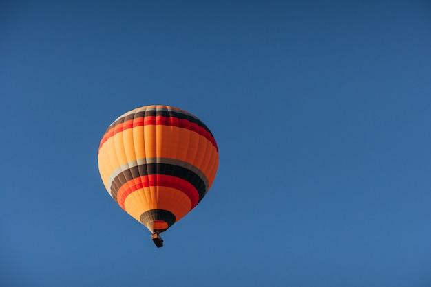 Grupa kolorowych balonów na ogrzane powietrze przeciwko
