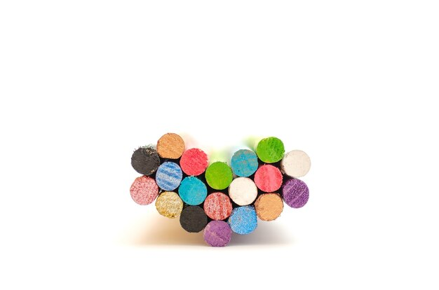 Grupa kolorowych lasek lub postów tworzących serce, na białym tle. symbole miłości i jedności.