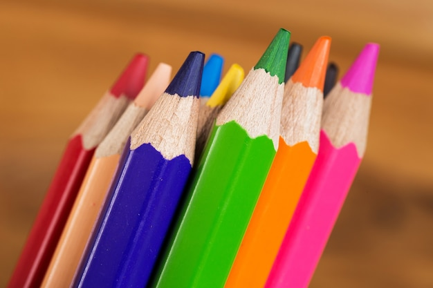 Grupa kolorowych ołówków na stole