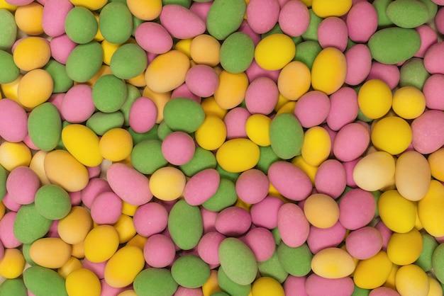 Grupa kolorowych orzeszków ziemnych w glazurze