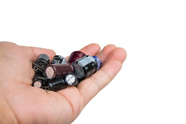 Grupa kondensatorów elektrolitycznych w dłoni