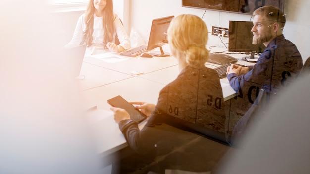 Grupa korporacyjni ludzie pracuje w biurze
