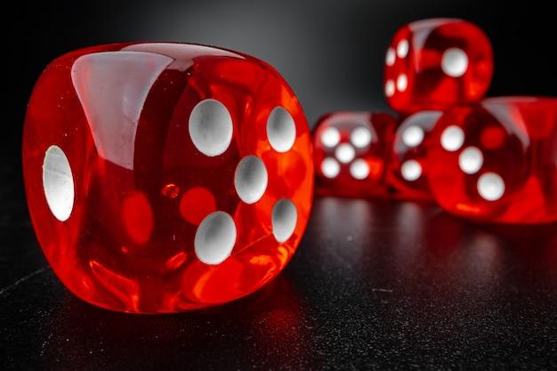 Grupa kostki do gry na czarnej powierzchni, zdjęcie makro