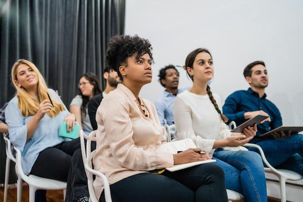 Grupa kreatywnych ludzi biznesu słuchanie kolegi adres spotkania w biurze. koncepcja biznesu i burzy mózgów.
