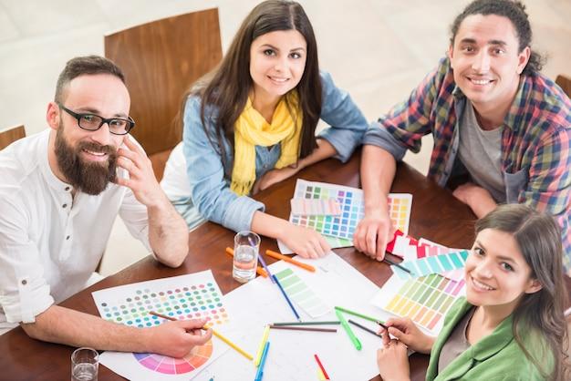 Grupa kreatywnych projektantów pracujących razem.