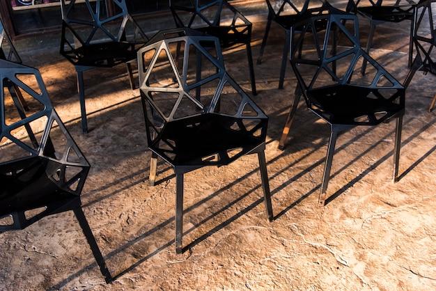 Grupa krzeseł z czarnego metalu