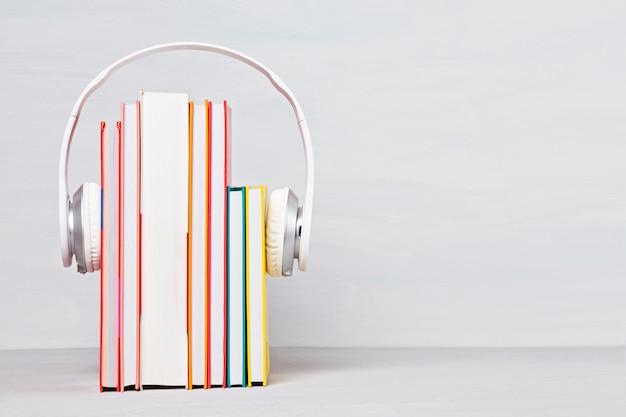 Grupa książek ze słuchawkami. koncepcja audiobooków