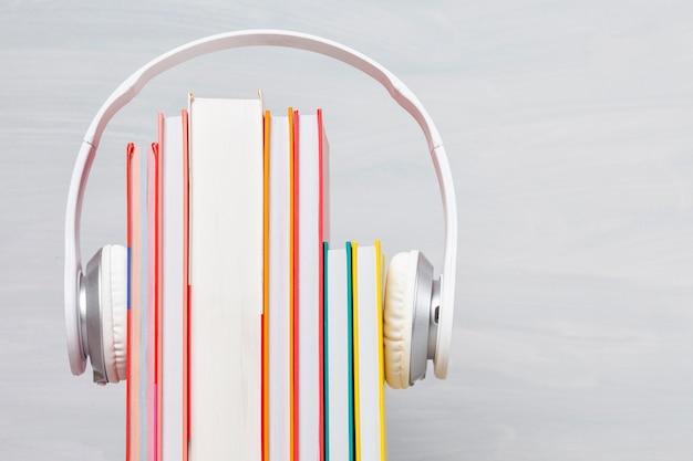 Grupa książek ze słuchawkami. koncepcja książek audio