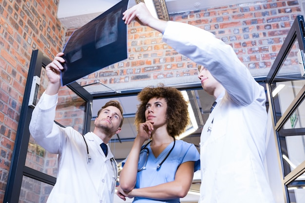 Grupa lekarki egzamininuje ax raport w szpitalu