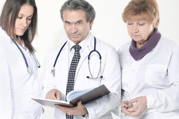 Grupa lekarzy omawia diagnozę pacjenta na białym tle