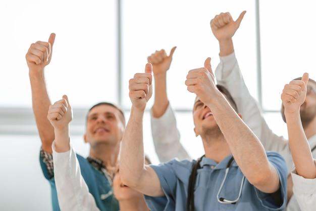 Grupa lekarzy pokazując kciuki do góry
