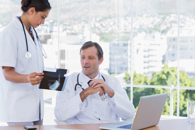 Grupa lekarzy pracujących na ray ax