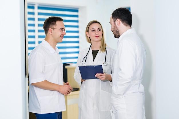 Grupa lekarzy rozmawia w szpitalu